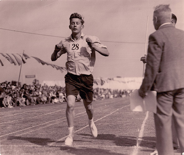 Bill Evans winning the 1 mile race Murphy Radio sports day 1951